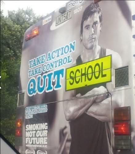 校车上的戒烟广告:谁告诉你吸烟很酷?学校!