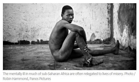 一名14岁的乌干达小男孩一条腿被绑在一根柱子上