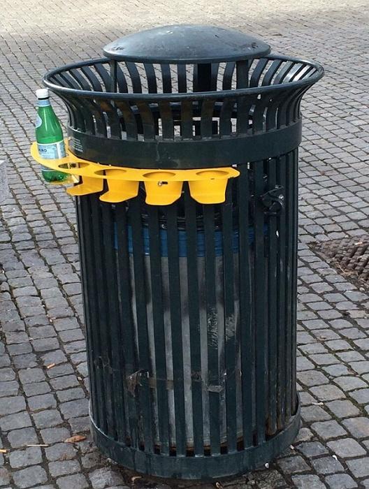 把瓶子放在外面是为了让那些总是从垃圾桶里翻瓶子的人省点力气.