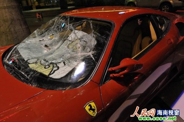8月2日凌晨2时许,一辆价值近400万元的法拉利跑车在海南省高清图片
