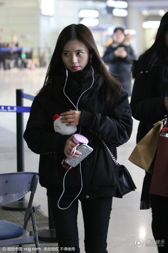 """""""4000年美女""""鞠婧祎现身机场 收礼物收到手软"""