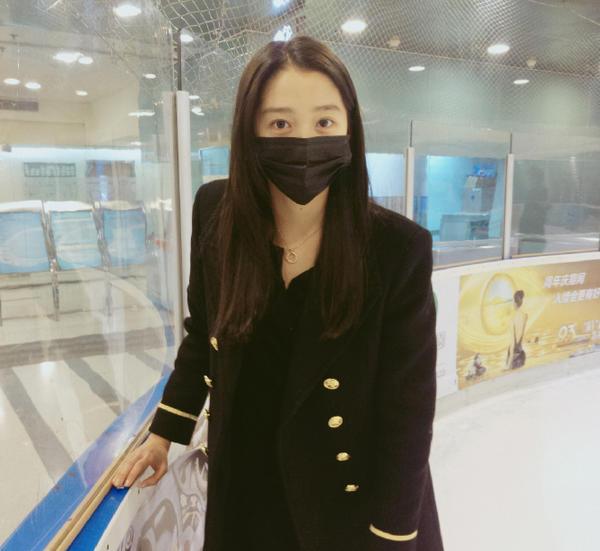 关晓彤素颜溜冰太怂 小女孩主动牵手指教(组图)