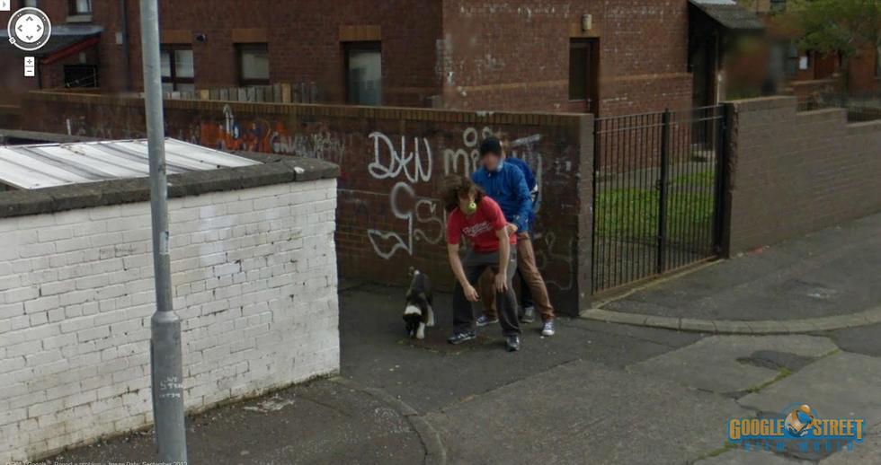 3名年轻男子的不雅行为同样被谷歌街景车抓拍到.