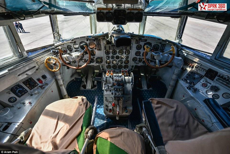 一个废弃的机场海关大厅,一杆需要人工为行李称重的老式秤以及没有数字操作系统的驾驶员座舱。这就是来自新加坡的摄影师阿兰姆潘(Aram Pan)镜头下的朝鲜高丽航空。   阿兰姆潘获得了一个前所未有的访问朝鲜高丽航空的机会,而朝鲜仍在使用苏联时期的飞机用于民用航空。   《每日邮报》10月13日报道了阿兰姆潘于8月26日搭乘高丽航空,从吉隆坡飞往平壤时所拍摄的照片。从照片中看,这个在1950年创立的航空公司,似乎被困在了时光隧道里。   朝鲜高丽航空是朝鲜唯一的国际航空公司。照片中的伊留申Il