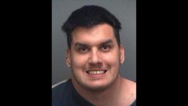 美国一名男子因为受不了母亲唠叨,竟然用斧头砍掉母亲的头,丟进垃圾桶。   纽约警方星期三晚上接获报案,一名男子指称他的弟弟杀了母亲,警察抵达後,在凶宅外的垃圾桶边,看到一具无头女尸,受害人的头颅在垃圾桶裡。23岁的凶手行凶後骑脚踏车逃逸,半个小时後在离家一公里多的地方被捕。   他在侦讯时供称,因为受够了母亲唠叨,因为家务整理的问题,他妈妈已经对他疲劳轰炸了两天,这名凶手吃上了一级谋杀罪。(图片取材自网路)