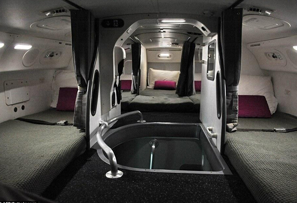 空间,里面有两张床,两个商务舱座位