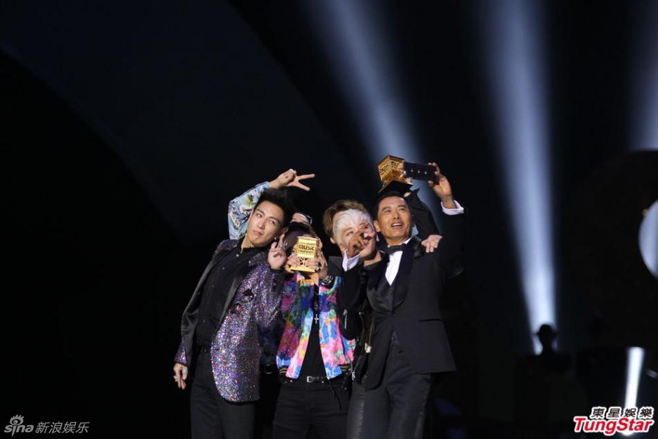60岁的周润发获韩国明星热捧 与鸟叔齐跳骑马舞