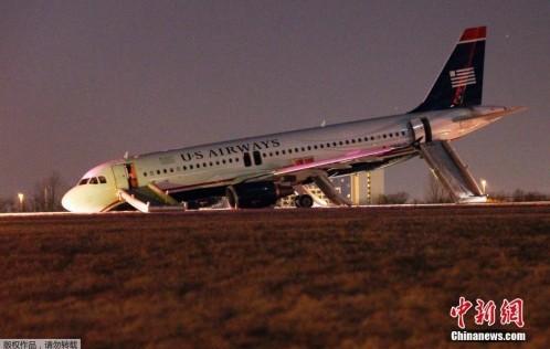 吓人!美国客机起飞前起落架折断机头着地(组图)