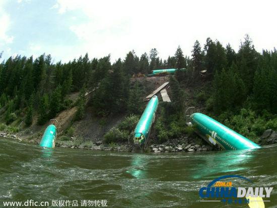 大部分车厢装载飞机部件,其中3节机身滑下河堤,掉入河里.