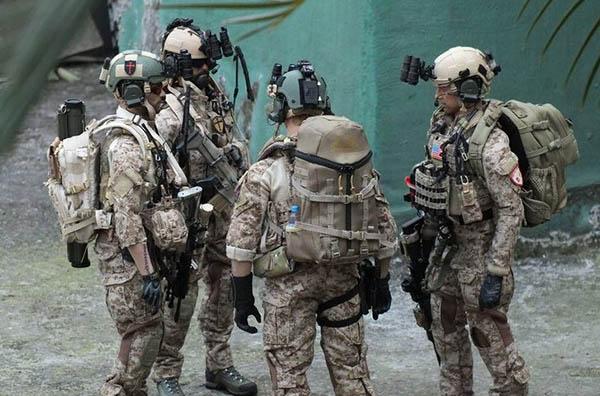 2009年海豹队员和阿富汗士兵在
