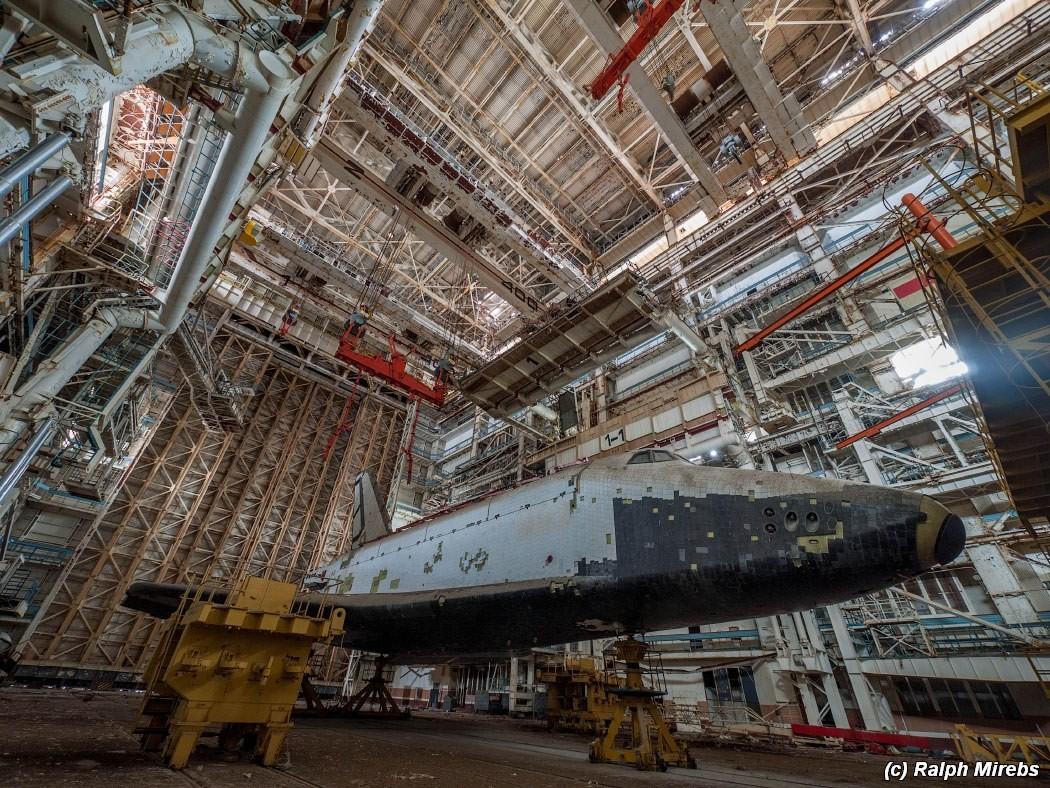 近日,一位俄罗斯网友获准进入拜科努尔航天飞机厂房拍摄,经过几十年荒废后,这寄托着苏联征服太空伟大梦想的航天飞机已经积满了灰尘和垃圾。照片发表在俄罗斯社交媒体上,标题:《在神的沉睡之地》,有一位俄罗斯转 近日,一位俄罗斯网友获准进入拜科努尔航天飞机厂房拍摄,经过几十年荒废后,这寄托着苏联征服太空伟大梦想的航天飞机已经积满了灰尘和垃圾。照片发表在俄罗斯社交媒体上,标题:《在神的沉睡之地》,有一位俄罗斯转载者的标题似乎更能说明这一场景的含义:《伟大梦想的钢铁坟墓》。以下为新科动漫论坛网友kgb1986翻译的博文