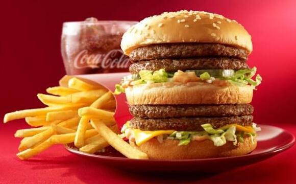 垃圾食品的代表麦当劳又中枪了。美国网站快餐菜单价格(Fast Food Menu Price)用一张图表展示吃下一个麦当劳巨无霸汉堡之后1小时内,如何影响人体健康。   图表显示,一个美国出售的典型巨无霸热量为540卡路里,吃下去10分钟,体内血糖就会上升到异常水平;过20分钟,其中高含量的玉米果糖浆和盐,就会让人体上瘾,让人更想吃。   30分钟后,高达970毫克含量的盐会引起脱水症状,使你误以为自己又饿了,另外肾脏难以排解过多盐分,就会促使心脏加快输送血液到肾脏,增加高血压风